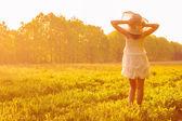 Menina no campo verde. — Foto Stock