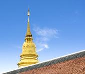 Golden pagoda mavi gökyüzü ile Tayland tapınak — Stok fotoğraf