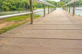 Ponte de aço inoxidável ou cais no lago — Foto Stock