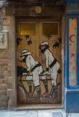Graffiti na dveře na ulici barcelona — Stock fotografie