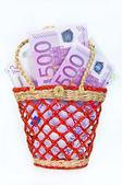 деньги банкноты 500 евро в небольшой корзине — Стоковое фото