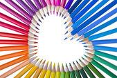 Lápices de colores dispuestas en forma de corazón — Foto de Stock
