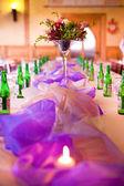 結婚式のテーブルを用意しています — ストック写真