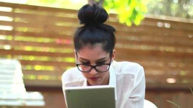 Flicka med tablett i parken 03 — ストックビデオ