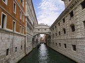 The Bridge of Sighs between the Doges palace an the State Prison in Venice Italy — Stock Photo