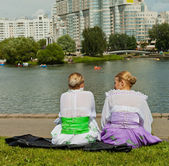 Two belorussians ladies talking near the lake in Minsk — Foto de Stock