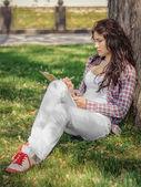 La jeune fille dessine des croquis — Photo