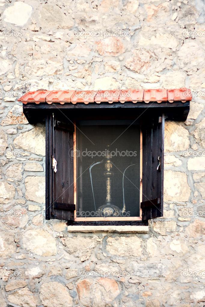 Ouvrez le volet de fen tre en bois sur le mur de pierre for Ouvrir fenetre javascript