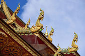 Traditional thai style art of naga statue in the roof temple — Stock Photo