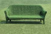 Eco-stil der inneneinrichtung das gras-sofa mit grünem gras — Stockfoto