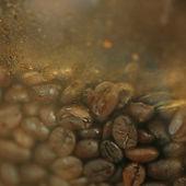 Chicco di caffè nel frullatore al negozio di caffè — Foto Stock