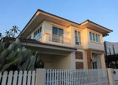 Gran casa estilo moderno con el fondo de cielo azul y sol — Foto de Stock