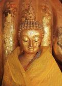 Buddha staty skulptur med gyllene ansikte i templet buddhismen — Stockfoto
