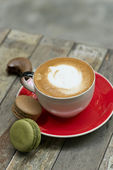 The image of coffee an macaroon on wooden table — Foto de Stock