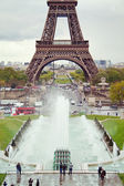 View on the Eiffel Tower and working fountains of Trocadero, Paris, France — Stock Photo