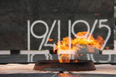 Eternal flame against Stella with Great Patriotic War dates in the territory of the Nizhny Novgorod Kremlin — Stock Photo