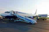 Posádka letadla boeing 737, společnost transaero, vítá cestující na letišti si strigino v Nižném Novgorodu — Stock fotografie