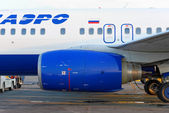 The Boeing-737 plane, the Transaero companies, at Strigino's airport in Nizhny Novgorod. Side view. — Stock Photo