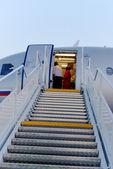 Stegen är etablerat near planet, för avstigning av passagerare — Stockfoto