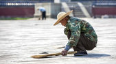 Chinese worker who sweeps in Beijing — Stok fotoğraf