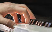 Main d'un joueur de piano — Photo