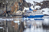 Loď zakotvila v zátoce na antarktickém poloostrově — Stock fotografie