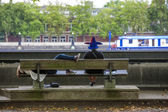 Two persons sit in  front of Thames River — Stockfoto