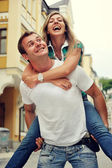 Par i kärlek har roligt skratt och leende på city — Stockfoto