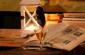 開いた本、ガラス、羽、ランプ — ストック写真
