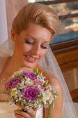 Charmante blonde bruid met schattige glimlach - close-up. — Stockfoto