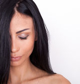 Gros plan d'une belle jeune femme aux cheveux noirs — Photo