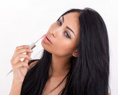 Portrét mladé ženy použití lesk na rty — Stock fotografie