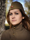 Portrait d'une jeune fille en uniforme de l'armée rouge — Photo