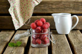 Raspberries in a jug with mint — ストック写真
