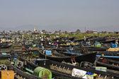 Galleggiante venditore di souvenir di mercato e barca nel lago inle. — Foto Stock