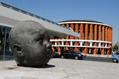 MADRID, SPAIN - AUGUST19: Sculpture of head and Modern House on  — Stock Photo