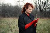 Vrouw in rode handschoenen — Stockfoto