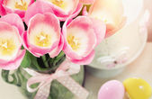 Spring easter composition of pink tulips and colorful eggs — Stock Photo