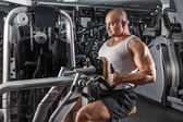 Man doing workout with pull-down machine — Foto de Stock