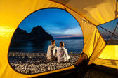 Couple sits near tent — Stock Photo