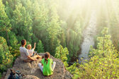 Family of backpackers look at beautiful view — Stock Photo