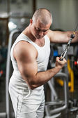 Man doing bodybuilding exercise in the gym — Stock fotografie