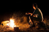 Hike tourist at a campfire — Stock Photo