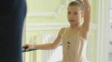 Ballet Dancer demonstrating the movements — Stock Video