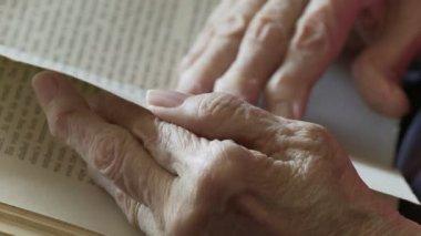 Arthritis and Book Side — Vidéo