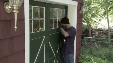 Burglar Opens Door — Stock Video