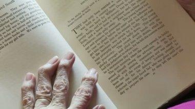 Zapalenie stawów i książki powyżej — Wideo stockowe