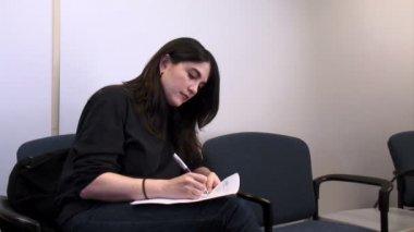 Mujer con papeles — Vídeo de stock