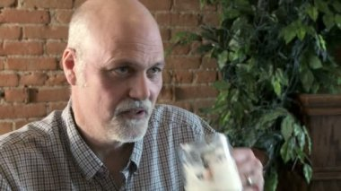 Man drinking beer — Stock Video