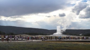 Old Faithful Crowd — Stock Video